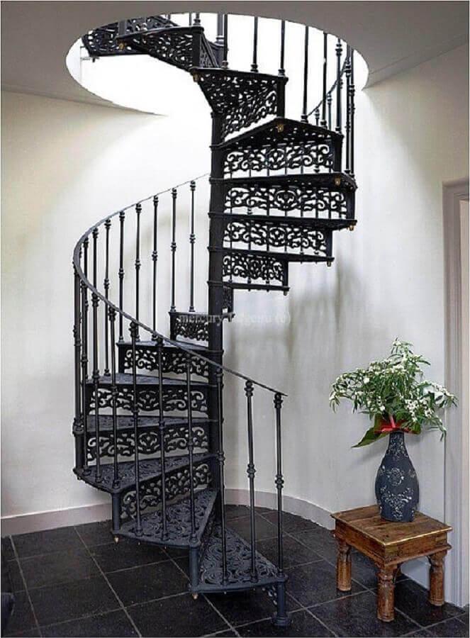 decoração simples com modelo clássico de escada espiral de ferro Foto Pinterest