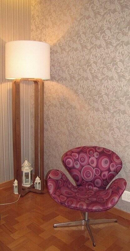 decoração simples com poltrona estampada e abajur de pé alto Foto Danielly Porcina