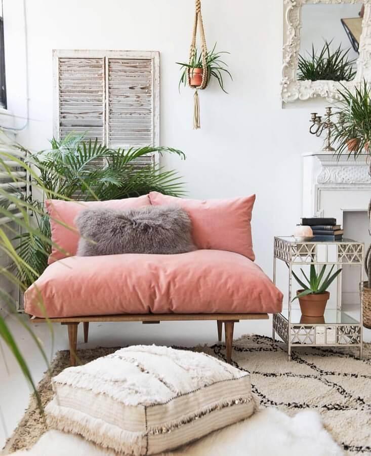 decoração simples com sofá rosa chá de madeira e vasos de plantas Foto Pinterest