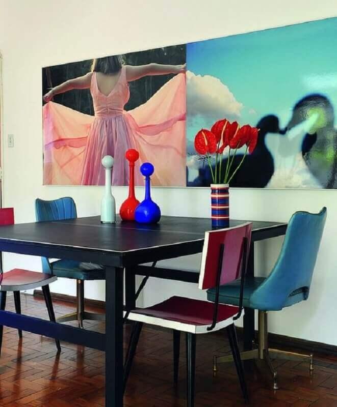 decoração simples de sala de jantar com cadeira giratória azul Foto Pinterest