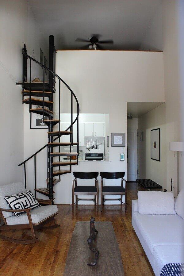 decoração simples para casa com escada espiral de ferro com degraus de madeira Foto Apartment Therapy