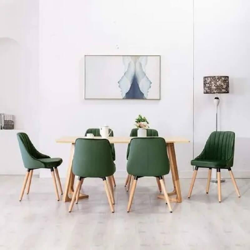 Decoração simples para sala de jantar branca com cadeira verde escuro  Foto KuantoKusta