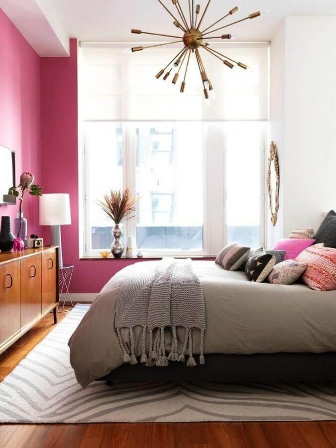 dicas de decoração para quarto com parede rosa e várias almofadas para cama Foto Brit+Co