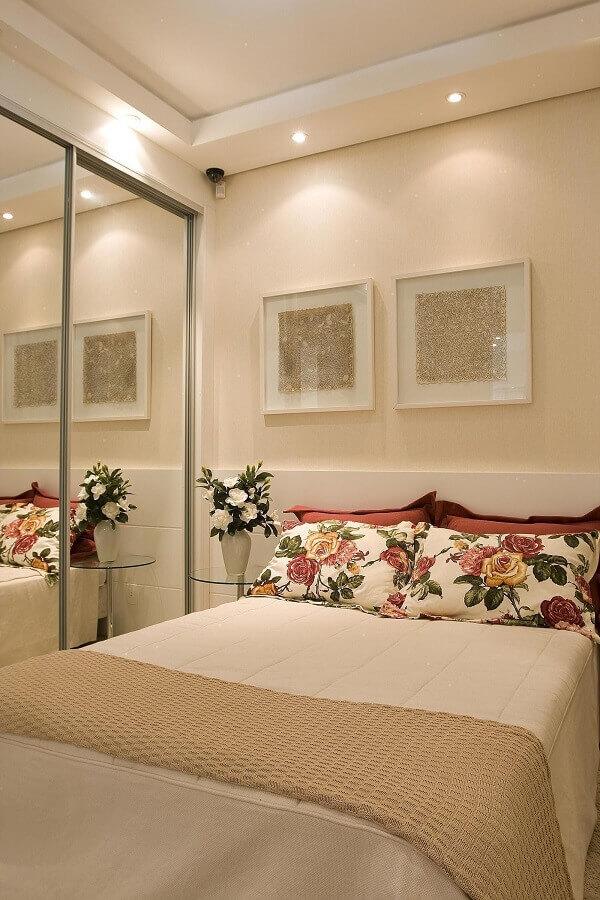 dicas de decoração para quarto de casal bege com guarda roupa espelhado Foto Jeito de Casa