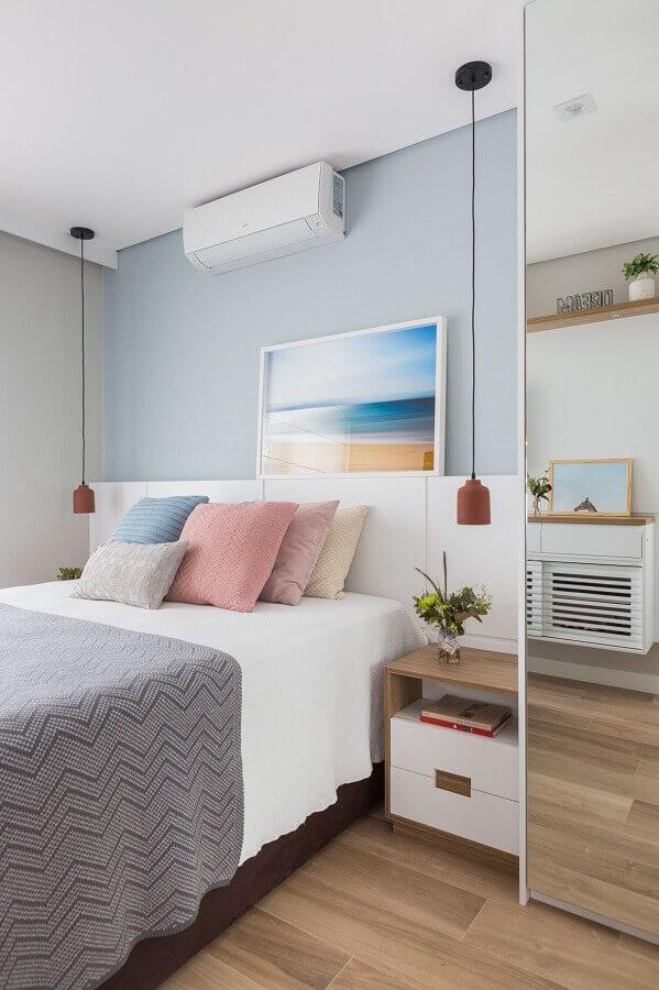 dicas de decoração para quarto de casal com almofadas coloridas e luminária pendente Foto Pinterest