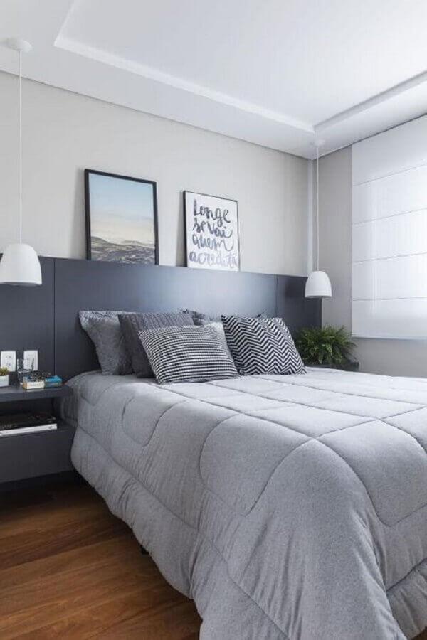 dicas de decoração para quarto de casal em tons de cinza com cabeceira planejada Foto SP Studio