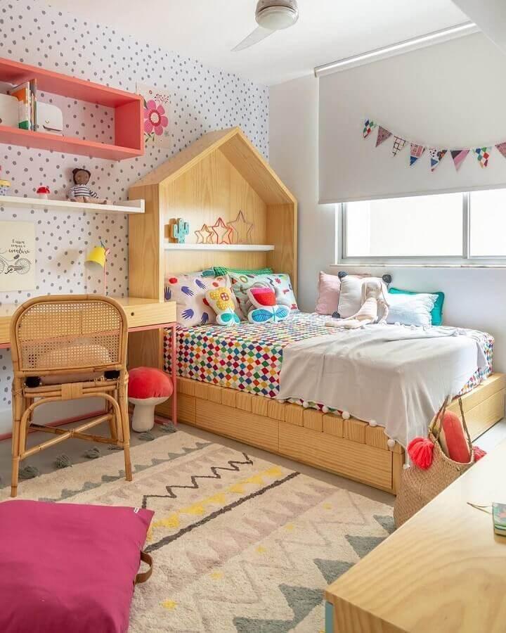 dicas de decoração para quarto infantil com cama casinha e papel de parede de bolinhas Foto MOOUI