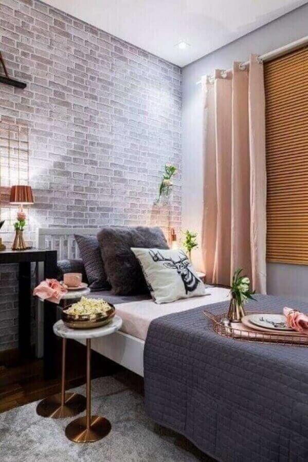 dicas de decoração para quartos femininos cinza e rosa com papel de parede tijolinho Foto Pinterest