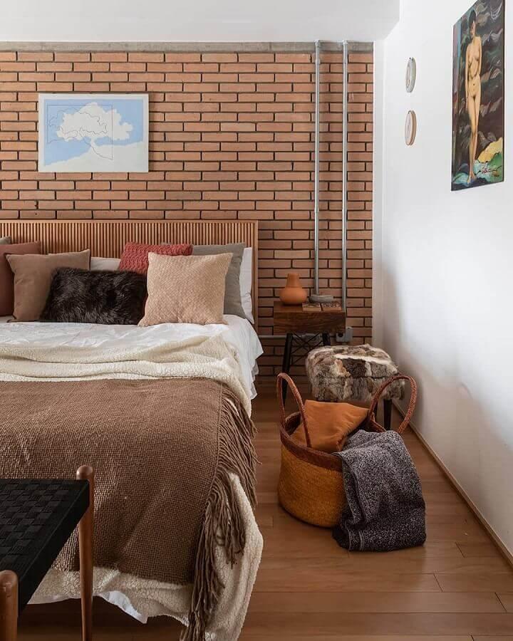 dicas para decorar quarto de casal com parede tijolinho e almofadas diferentes Foto H2C Arquitetura