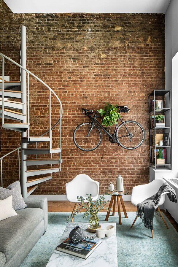escada em espiral para decoração de sala com parede tijolinho Foto Houzz