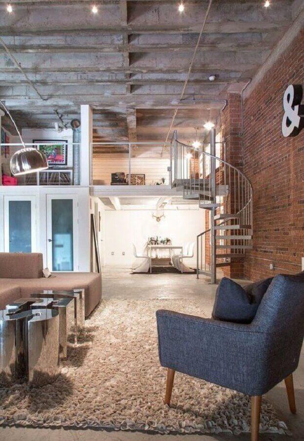 escada espiral de alumínio para sala estilo industrial decorada com parede de tijolinho Foto Apartment Therapy