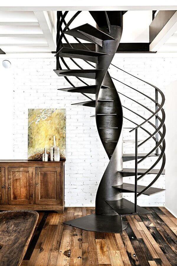 escada espiral de ferro preto para decoração de casa com piso de madeira rústica Foto Pinterest