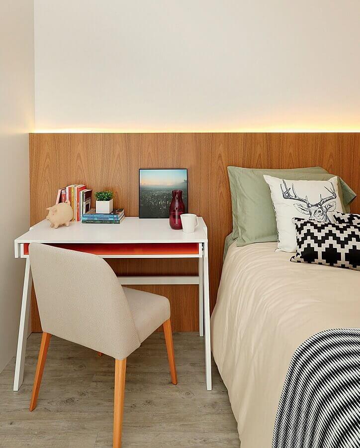 escrivaninha pequena para quarto de casal com escritório decorado com cabeceira de madeira Foto Histórias de Casa