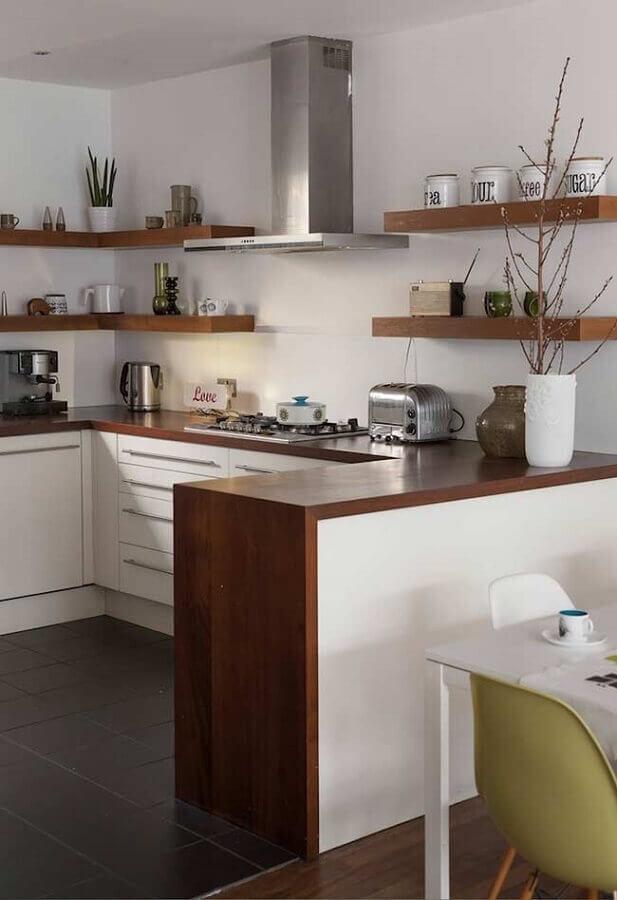 estilo de cozinha americana em U decorada com prateleiras e bancada de madeira Foto Pinterest