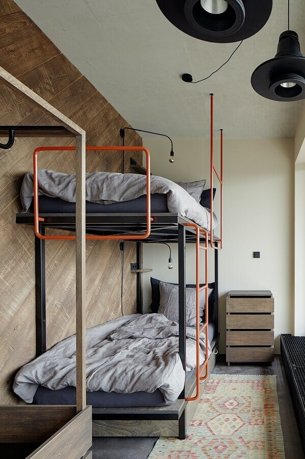 estilo industrial para quarto de solteiro decorado com beliche e parede de madeira Foto Architizer
