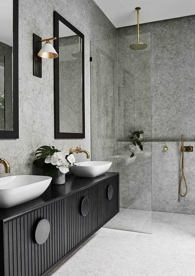 gabinete preto para banheiro grande moderno decorado com revestimento cinza  Foto Futurist Architecture