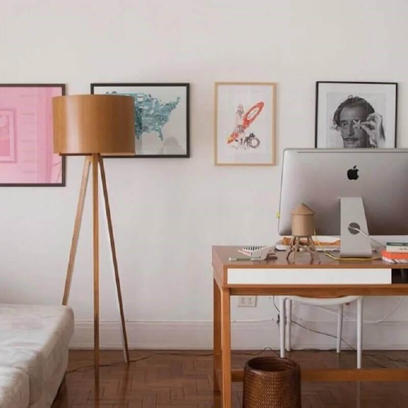 home office decorado com abajur de pé de madeira Foto Histórias de Casa