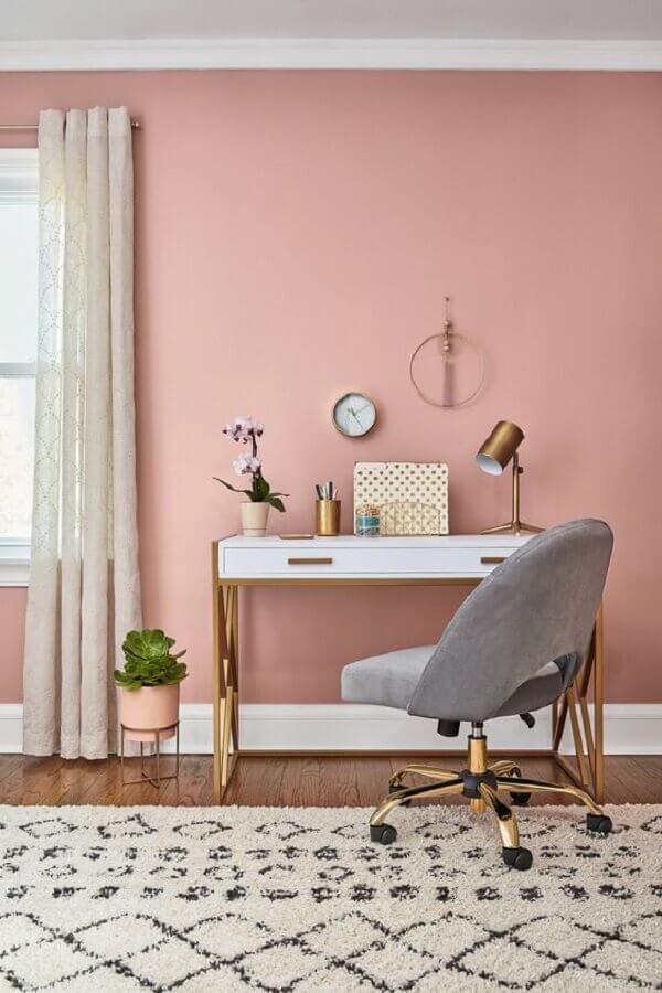 home office decorado com parede rosa chá e escrivaninha branca Foto Histórias de Casa
