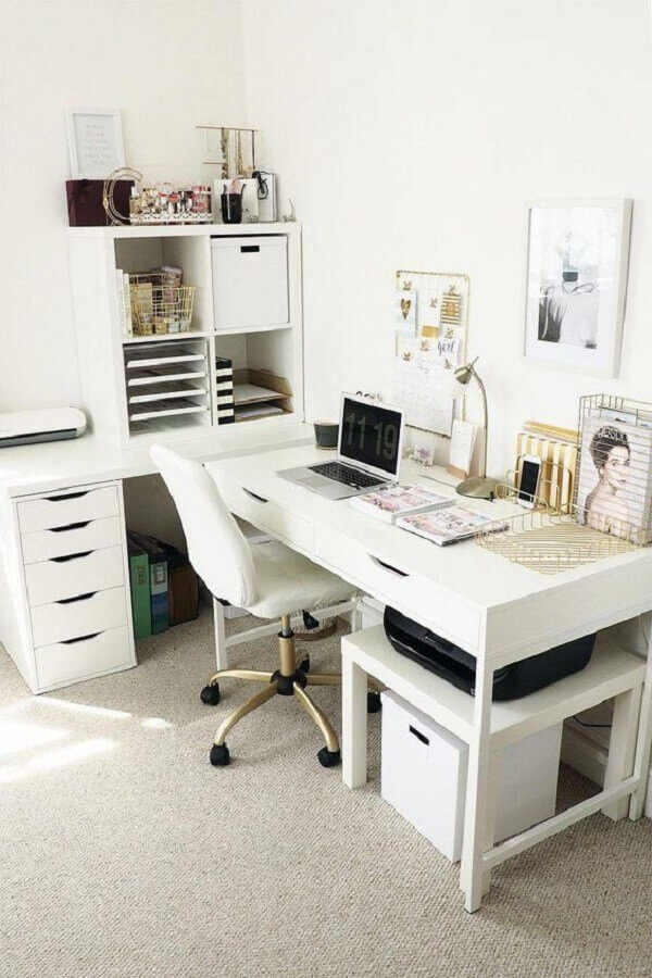 Home office branco de canto na sala de estar moderna