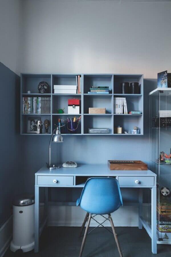home office simples decorado com cadeira eames azul Foto Nordic Design