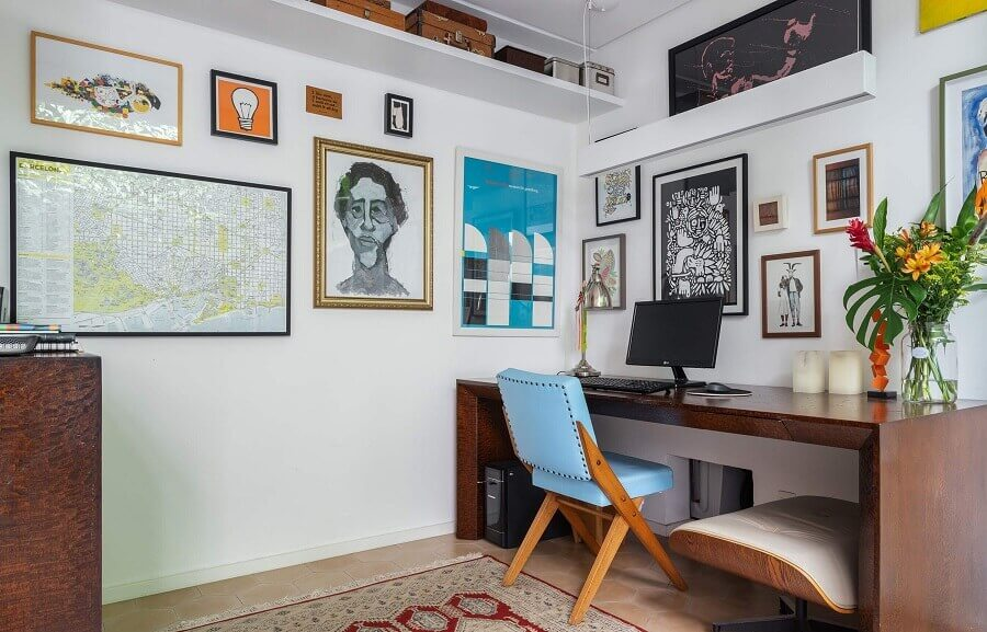 home office simples decorado com cadeira estofada azul Foto Histórias de Casa