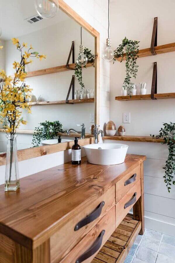 ideias de decoração para banheiro branco rústico com gabinete e prateleiras de madeira Foto Houzz