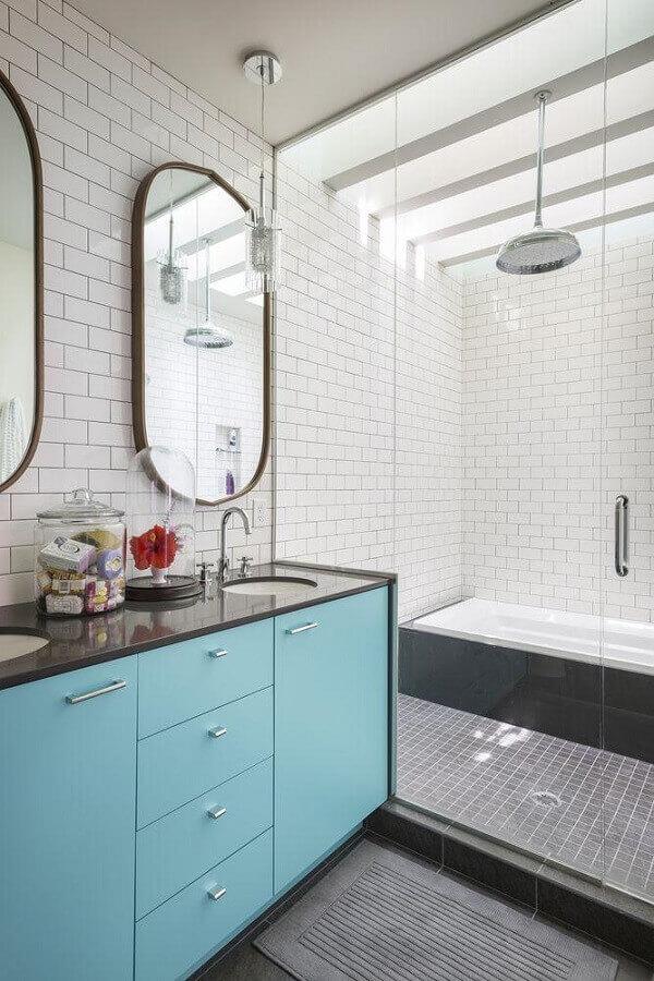 ideias de decoração para banheiro cinza e branco com gabinete azul Foto Home Fashion Trend