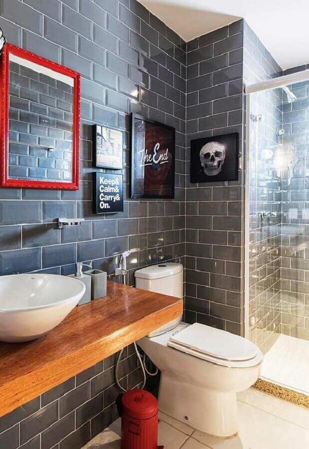 ideias de decoração para banheiro com revestimento cinza e bancada de madeira Foto Pinterest