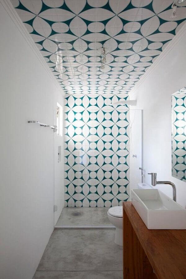 ideias de revestimento para banheiro pequeno e simples decorado com bancada de madeira Foto Pinterest