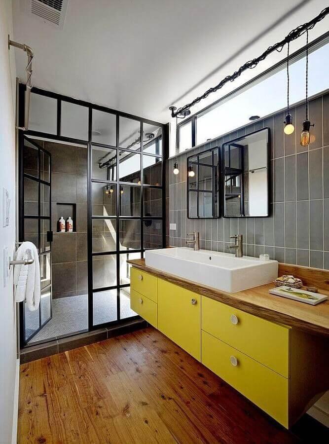 ideias para banheiro estilo industrial decorado com gabinete amarelo suspenso Foto Deavita