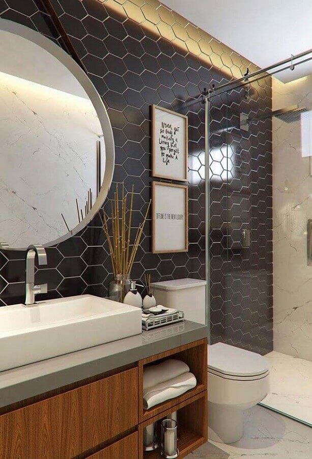 ideias para banheiro moderno decorado com revestimento preto hexagonal Foto Casa de Valentina