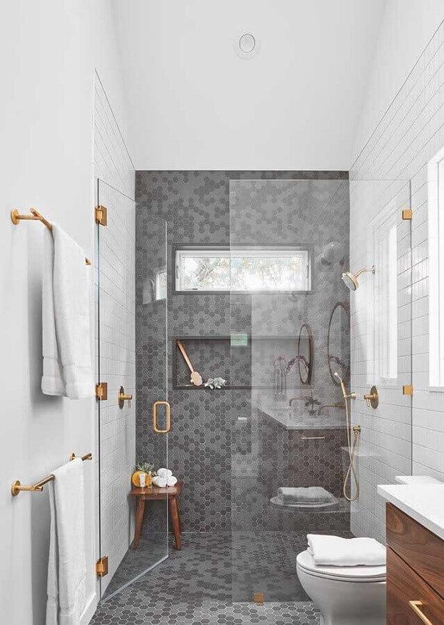 ideias para banheiro pequeno cinza e branco decorado com revestimento hexagonal Foto Pinterest