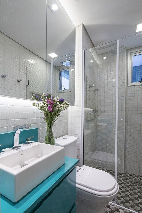 ideias para banheiro pequeno todo branco decorado com gabinete azul turquesa Foto Architizer