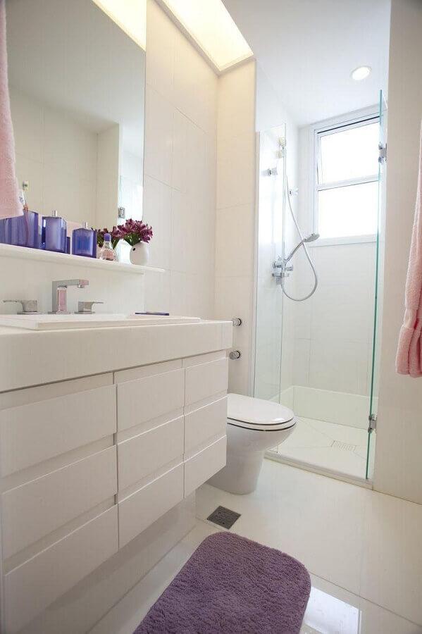ideias para banheiro pequeno todo branco decorado com gabinete suspenso Foto Jeito de Casa