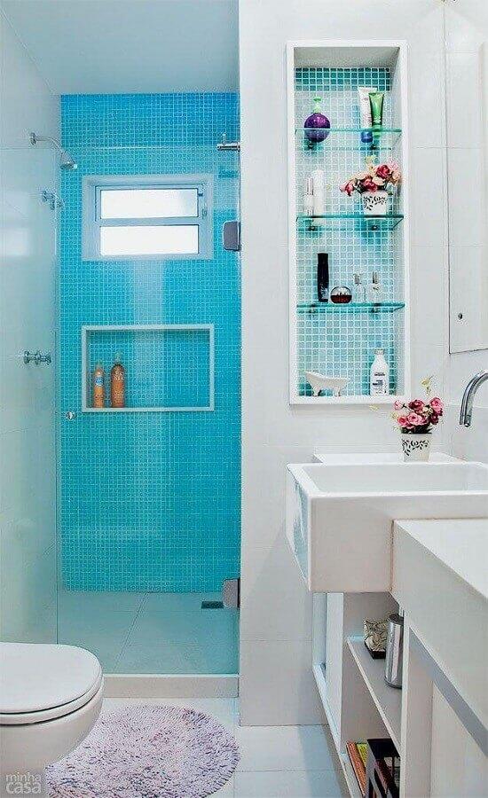 ideias para banheiro simples branco decorado com revestimento azul na área do box Foto Pinterest