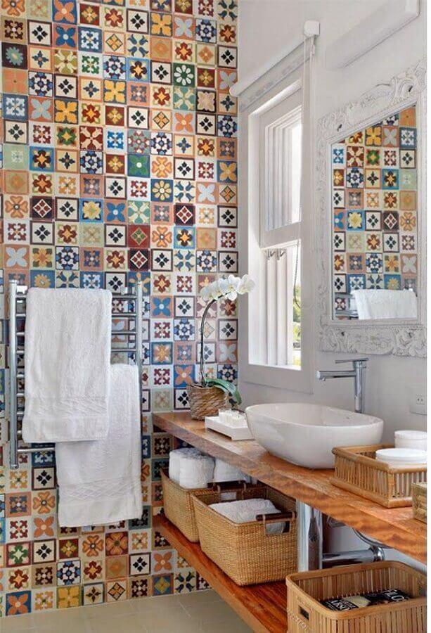 ideias para banheiro simples decorado com bancada de madeira e revestimento colorido Foto Pinterest