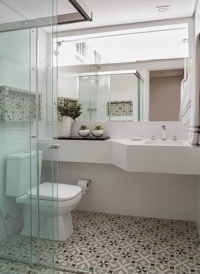 ideias para banheiro simples decorado com piso antigo Foto Pinterest