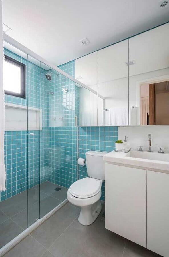 ideias para banheiro simples decorado com revestimento azul Foto Pinterest