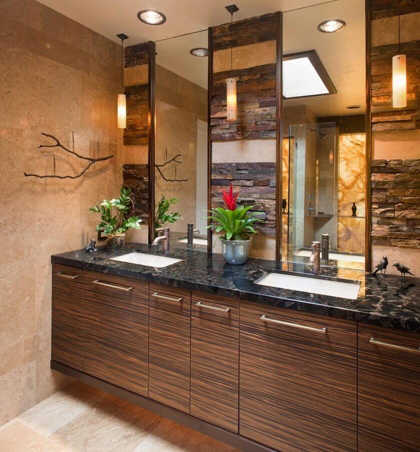 ideias para decorar banheiro rústico com gabinete e parede de madeira Foto Houzz