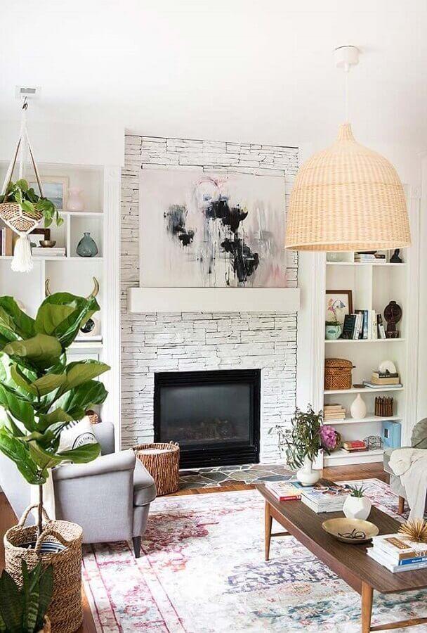 luminária rústica para decoração de sala com lareira e revestimento de pedra  Foto Decoholic