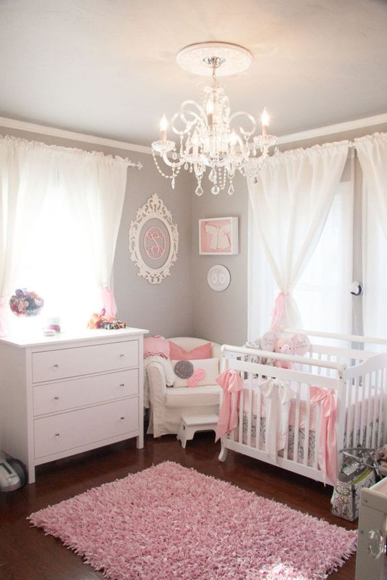 Luminária para quarto de bebê com cristais e decoração branca