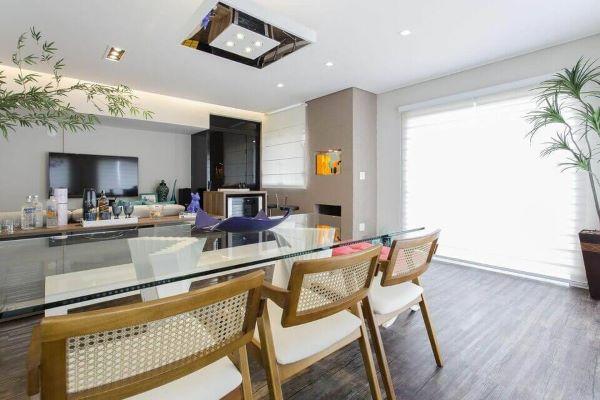 Lustres modernos e quadrados espelhados são lindos para a sala de estar