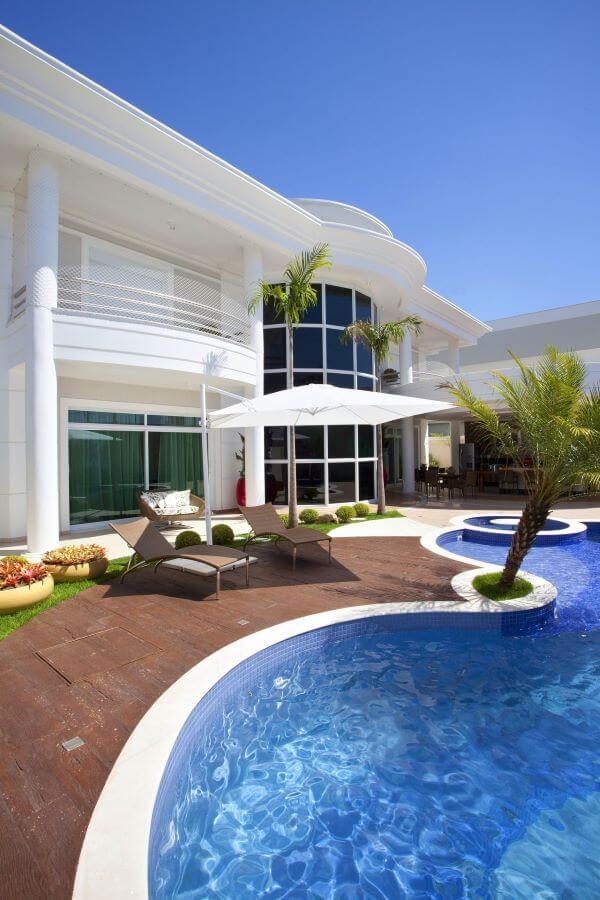 Mansao com guarda sol para piscina grande