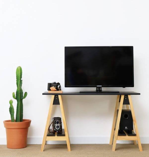 Sala de estar rústica com rack de cavalete
