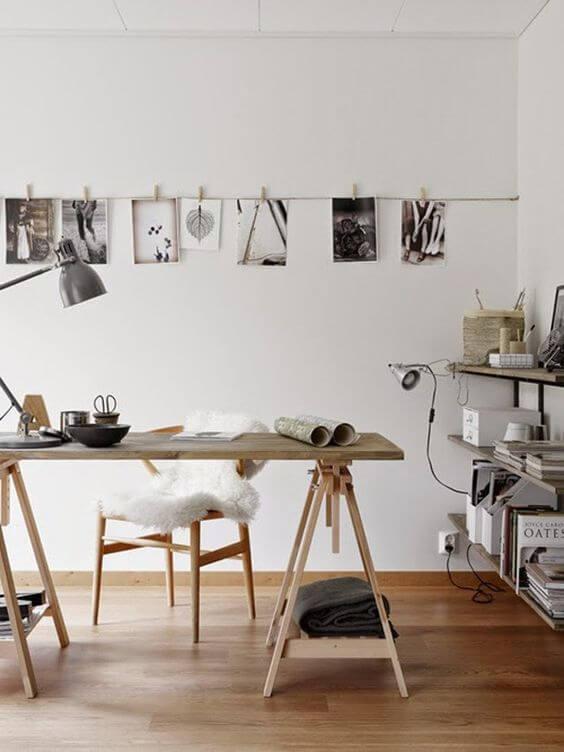 Mesa cavalete para home office na sala moderna