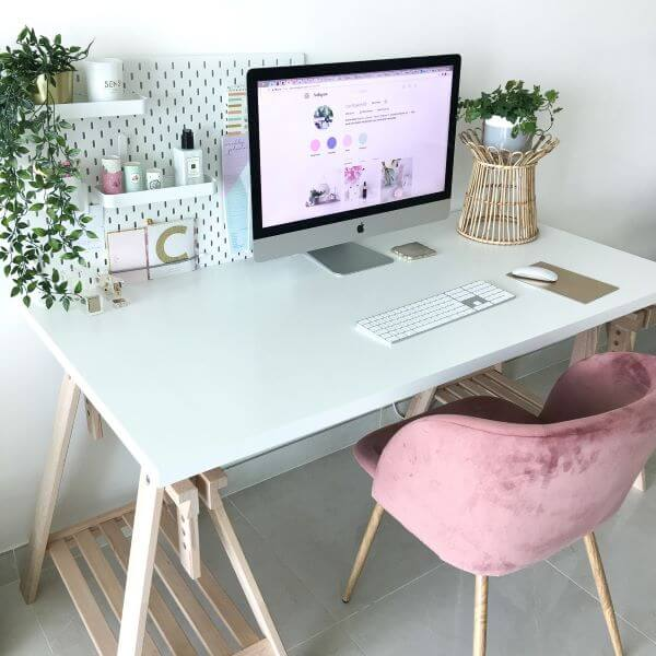 Home office com mesa de caveletes simples