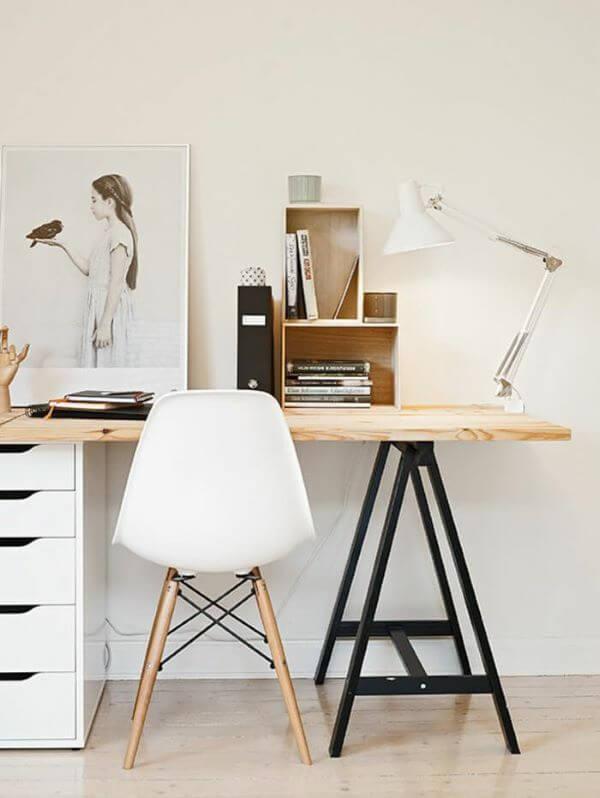 Escritório decorado com mesa cavalete de ferro e gabinete organizador