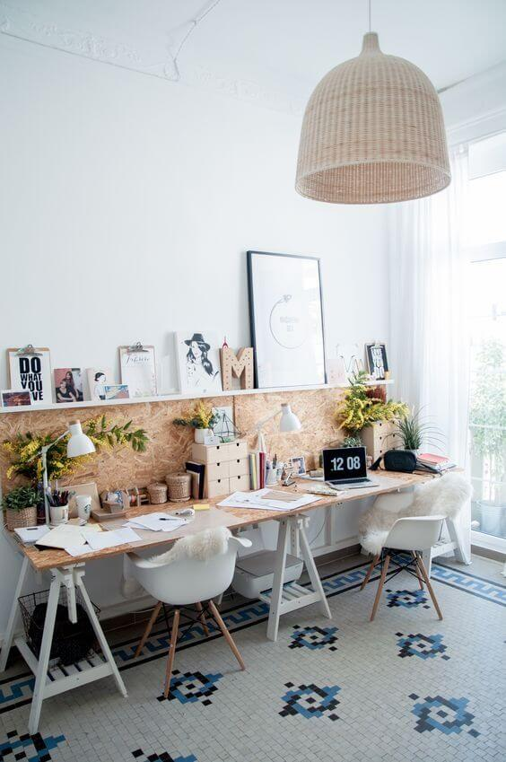 Escritório com mesa de cavaletes para dos lugares