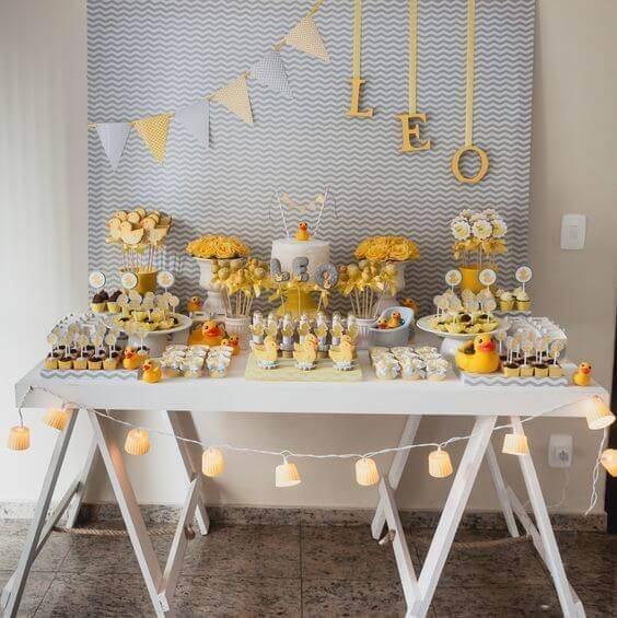 Festa de aniversário decorada com mesa cavalete e tons de amarelo e azul