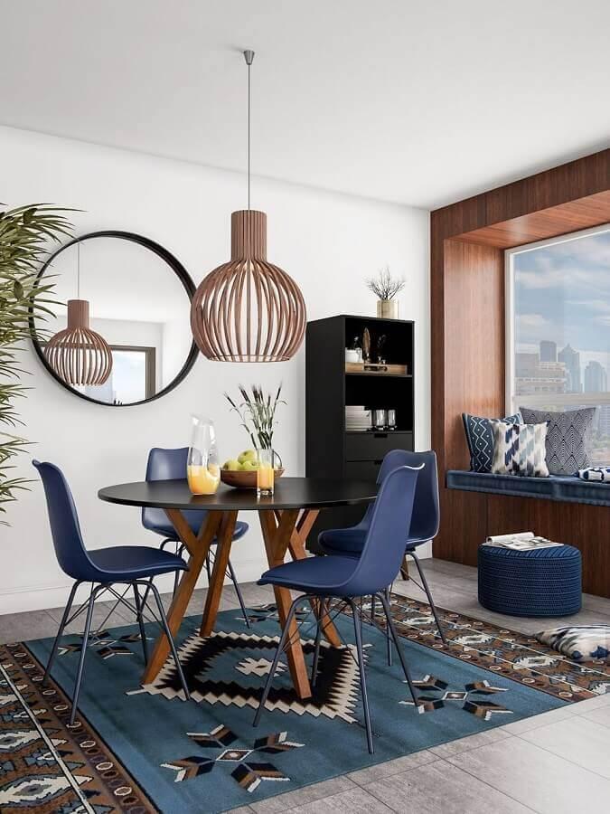 mesa com cadeira azul marinho para decoração de sala de jantar com luminária de madeira Foto Article